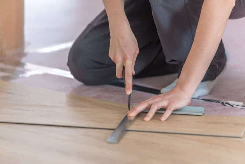 Cut vinyl floor with the cutter knife