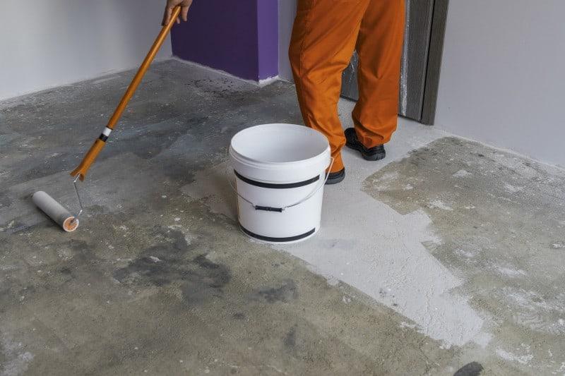 Priming vinyl floor substrate