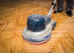 Polishing parquet with the polishing machine/blocker