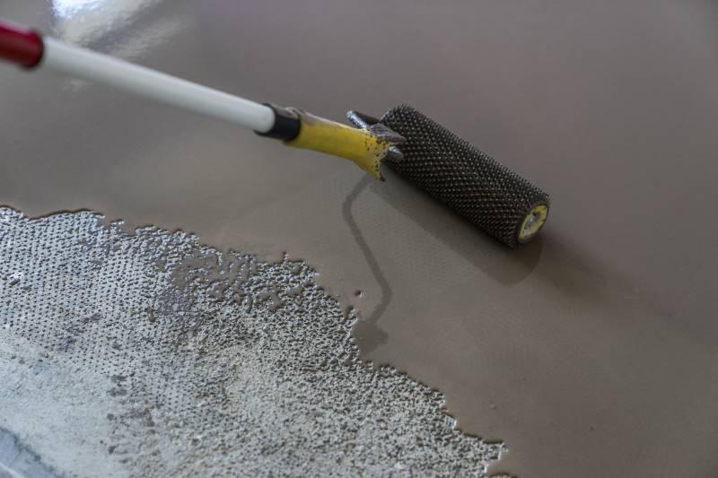 Vinyl floors on tiles are plastered
